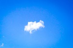 Odosobniony biel chmurnieje na niebieskim niebie Set odosobnione chmury nad błękitnym tłem cztery elementy projektu tła snowfiake Fotografia Stock