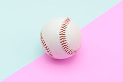 Odosobniony centrum baseball na Turkusowym koloru tle i menchiach Obrazy Royalty Free