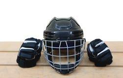 Odosobniony czarny hokejowy hełm i rękawiczki Zdjęcie Stock
