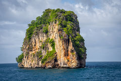 Odosobniony i Stoi Wciąż Skalistej góry PHI PHI wyspę Phuket Obrazy Royalty Free