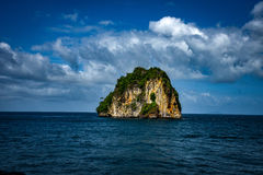 Odosobniony i Stoi Wciąż Skalistej góry PHI PHI wyspę Phuket obrazy stock