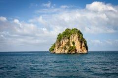 Odosobniony i Stoi Wciąż Skalistej góry PHI PHI wyspę Phuket zdjęcie stock