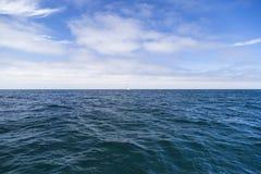 Odosobniony jachtu żeglowanie w błękitnym Atlantyckim oceanie blisko Monterey, Kalifornia Zdjęcie Royalty Free