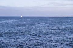 Odosobniony jachtu żeglowanie w błękitnym Atlantyckim oceanie blisko Monterey, Kalifornia Obrazy Royalty Free