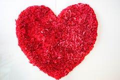 Odosobniony jaskrawy czerwony sukienny dywan w sercu Fotografia Stock