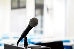 odosobniony mikrofon w sala lekcyjnej zdjęcia stock