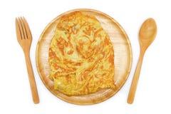 Odosobniony omlet na drewnianym naczyniu zdjęcie royalty free