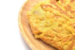 Odosobniony omlet na drewnianym naczyniu zdjęcia stock