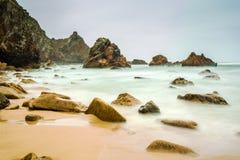 Odosobniony plażowy Ursa na Atlantyk wybrzeżu blisko przylądka Roca Zdjęcia Stock