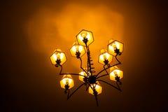 Odosobniony podsufitowy światło otaczający ciemnością fotografia stock