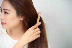 Odosobniony portret piękna młodej kobiety grępla długie włosy zdjęcia royalty free