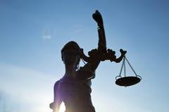 odosobniony sprawiedliwości sylwetki statuy biel zdjęcia stock