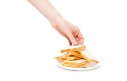 Odosobniony strzał bierze kawałek chleb od talerza męska ręka Obrazy Stock