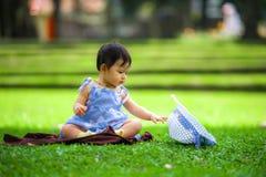 Odosobniony szczery portret słodcy, uroczy Azjatyccy Chińscy dziewczynki stary bawić się z kapeluszowym przy miasto parkiem samot zdjęcia royalty free