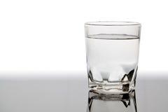 Odosobniony szkło woda na stole z odbiciem Obrazy Royalty Free