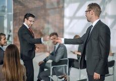 odosobniony tylni widok biel biznesowy seminaryjny słuchacz, pyta mówcy zdjęcie royalty free