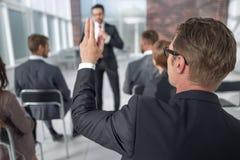 odosobniony tylni widok biel biznesowy seminaryjny słuchacz, pyta mówcy zdjęcia stock
