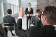 odosobniony tylni widok biel biznesowy seminaryjny słuchacz, pyta mówcy obraz stock