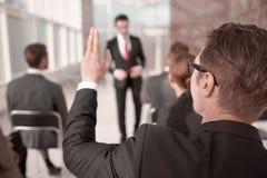 odosobniony tylni widok biel biznesowy seminaryjny słuchacz, pyta mówcy obrazy royalty free