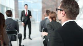 odosobniony tylni widok biel słuchacz siedzi przy biznesowym konwersatorium zdjęcie stock
