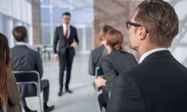 odosobniony tylni widok biel słuchacz siedzi przy biznesowym konwersatorium obraz stock