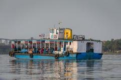 Odosobniony widok prom rzeki Ganges skrzyżowanie obraz stock