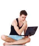 Odosobniony wizerunek młody człowiek z jego laptopem. Obrazy Stock