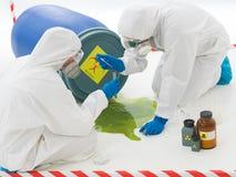 Odpad toksyczny rozlewa od baryłki zdjęcie royalty free
