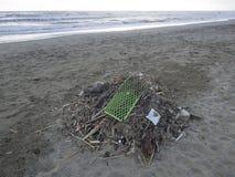 Odpady na pla?y: udzia?y powoduje dennego zanieczyszczenie klingeryt obraz stock