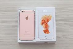 Odpakowywa iPhone 6S Różanego złoto na stole Zdjęcia Stock