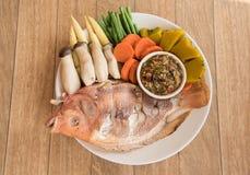 Odparowana Nil tilapia ryba i warzywa słuzyć z kumberlandem, Fotografia Royalty Free