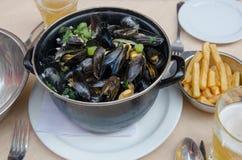 Odparowani mussels, francuzów dłoniaki i piwo, obrazy royalty free