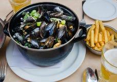 Odparowani mussels, francuzów dłoniaki i piwo, zdjęcia stock