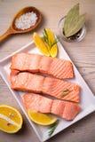Odparowany łososiowy rybi polędwicowy na bielu talerzu Czyści łasowania, zdrowego i diety jedzenia pojęcie, fotografia royalty free