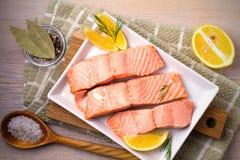 Odparowany łososiowy rybi polędwicowy na bielu talerzu Czyści łasowania, zdrowego i diety jedzenia pojęcie, fotografia stock