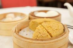 Odparowany gąbka tort słuzyć przy Hong Kong dim sum restauracją Zdjęcie Stock