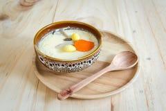 Odparowany jajko na drewnianym tle Obrazy Stock