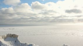 Odparowywanie podczas marznięcia woda w rzece, formacja lód, Ob rezerwuar, Syberia, Rosja zdjęcie wideo