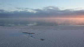 Odparowywanie podczas marznięcia woda w rzece, formacja lód, zmierzch, Ob rezerwuar, Syberia, Rosja zbiory