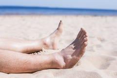 Odpoczynek od problemów - sunbathing na opustoszałej plaży obrazy royalty free