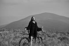 Odpoczynek w górach Dziewczyna z rowerem na górze zdjęcia royalty free
