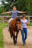 Odpoczynek w lat dzieci ` s equestrian obozie w Ukraina Obraz Stock