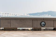 Odpoczynkowa ławka z Sai Van mostem w Macau fotografia stock