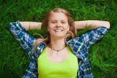 Odpoczynkowa szczęśliwa dziewczyna Zdjęcia Stock