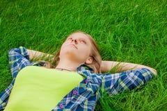 Odpoczynkowa szczęśliwa dziewczyna Obrazy Stock