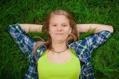 Odpoczynkowa szczęśliwa dziewczyna Zdjęcie Royalty Free