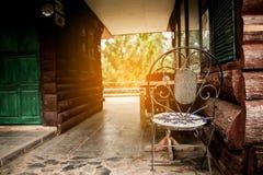 Odpoczynkowy kąt z drewnianym krzesłem i światłem słonecznym Obraz Royalty Free