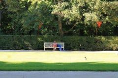 Odpoczywa na ławce w parku Warszawa na letnim dniu obrazy stock