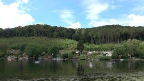 Odpoczywa na lakeCamping na lasowym jeziorze Podróż zbiory wideo