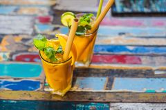 Odporny reklamiarstwo, anty podżegający smoothie z pomarańcze i turmeric, Detox ranku soku napój, czysty łasowanie zdjęcia stock